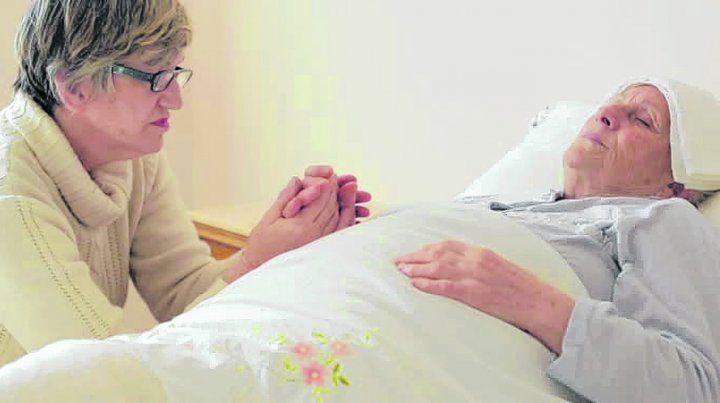 Responsabilidad y acuerdos. Es necesario establecer pautas entre los familiares que cuidarán al anciano o anciana que necesita ayuda permanente.