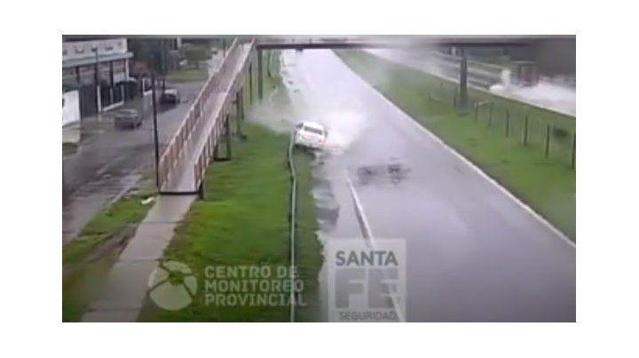Las imágenes de un espectacular despiste de un vehículo en la autopista Rosario - Córdoba
