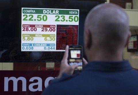 pizarra caliente. El peso siguió depreciándose y en Rosario la divisa norteamericana llegó a cotizar $23