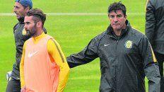 Apuesta. Chamot junto a Pablo Becker, el jugador por que apostó en el ensayo futbolístico de ayer.