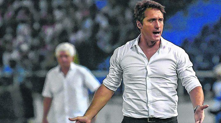 En acción. Guillermo protesta por un fallo arbitral en el Metropolitano de Barranquilla. Boca juega mal