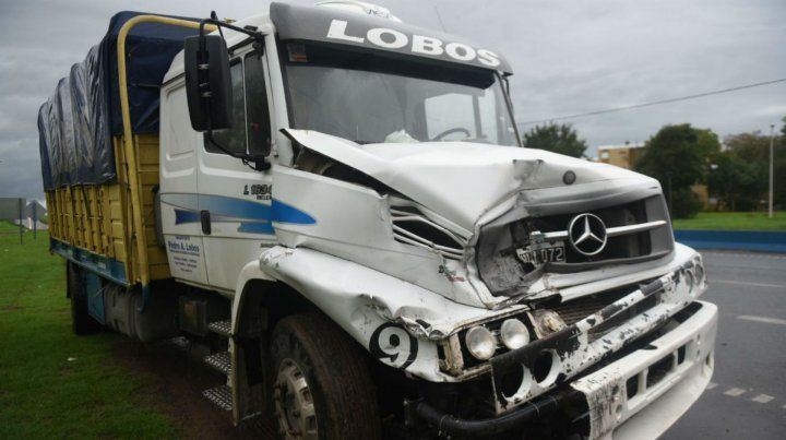 Circunvalación y Autopista. Uno de los camiones sufrió importantes daños.