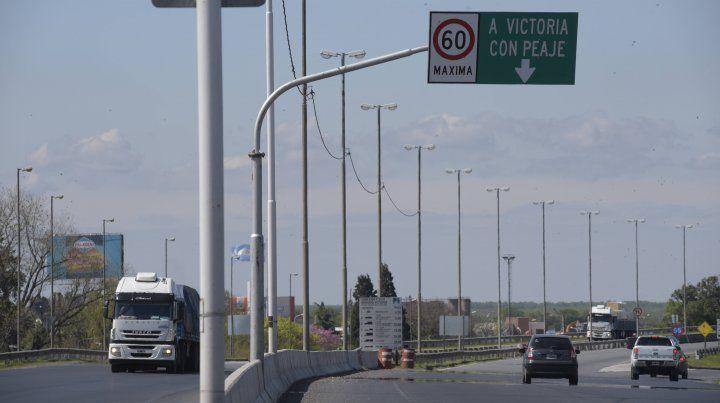 El tránsito en el puente Rosario Victoria está totalmente cortado como consecuencia del choque. (Foto de archivo)