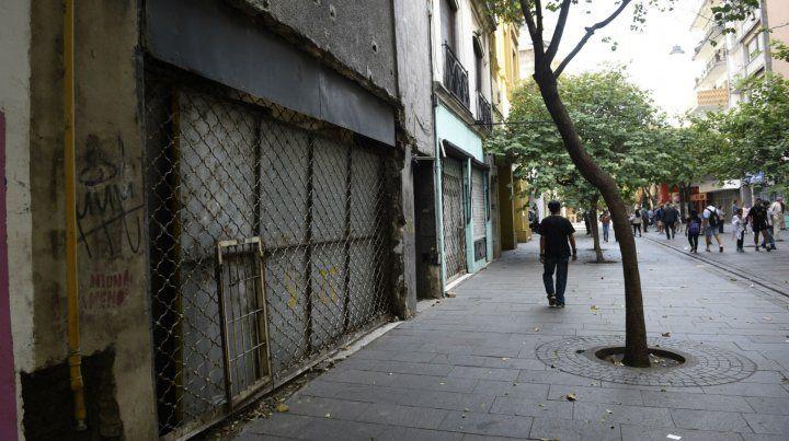 La primera cuadra de la peatonal Córdoba se encuentra casi en estado de abandono dentro de un sector neurálgico.