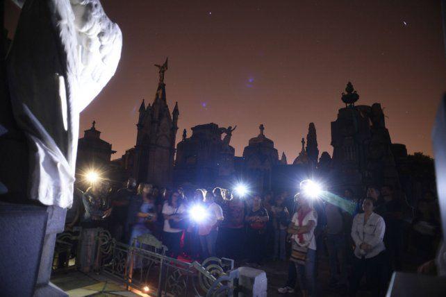 La visita nocturna al cementerio El Salvador son cada vez más multitudinarias.