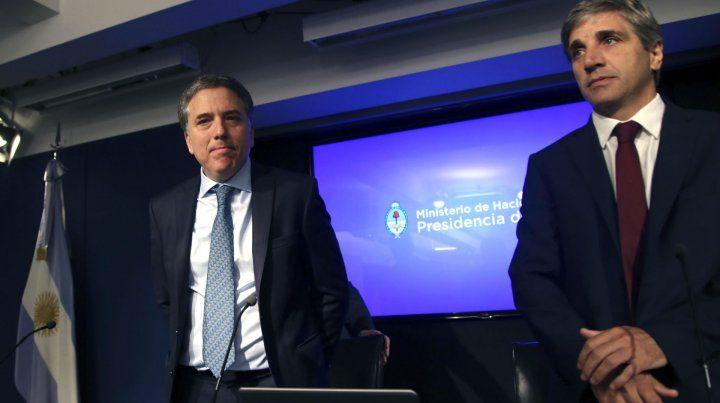 Dar la cara. Los ministros Dujovne (Hacienda) y Caputo (Finanzas) explicaron el retoque de los objetivos.