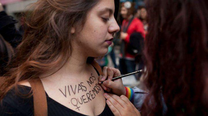 Un mismo sentir. Dos jóvenes participan de una de las tantas marchas organizadas en nuestro país contra la violencia de género.