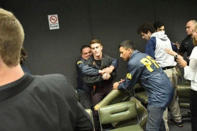 Policías de la Federal tuvieron que forcejear con los condenados en la sala.