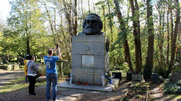 Proletarios del mundo.... Jóvenes toman fotos frente a la tumba.