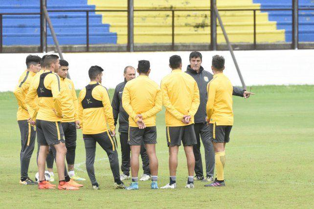 Técnico. José Chamot dialoga con los jugadores en un alto de la práctica.