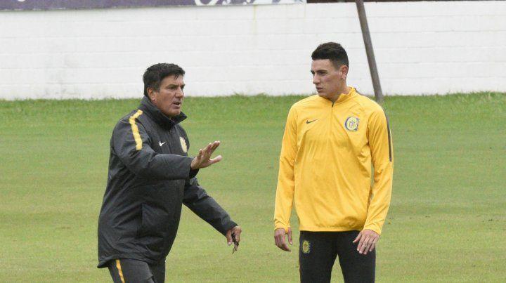 Chamot le brinda una indicación específica a Mauricio Martínez