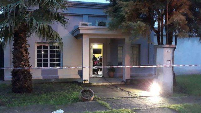 El frente de la casa de González con el cerco perimetral para que trabajan los peritos.