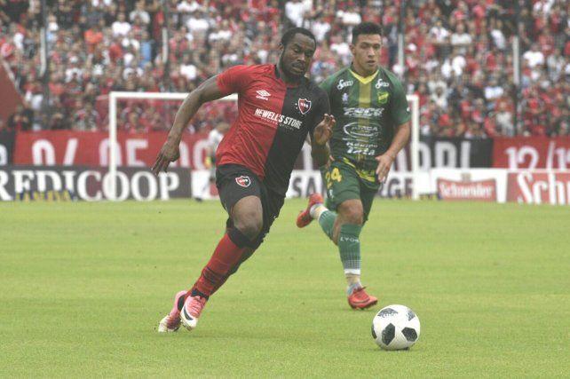 Luis Leal escapa a la marca de Lisandro Martínez.