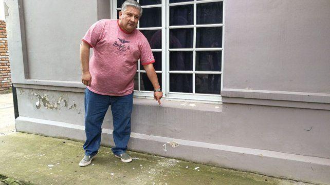Ataque en Timbúes. Amaro González muestra el balazo que impactó contra su casa.