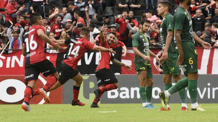 Festejo leproso. Todos se lanzan a gritar el golazo de Alexis Rodríguez ante Defensa y Justicia.