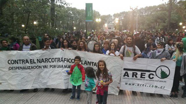 Gran cantidad de manifestantes se sumaron al reclamo.
