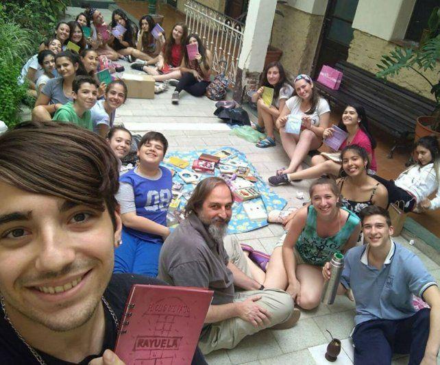 En el patio. Los participantes del espacio extracurricular.