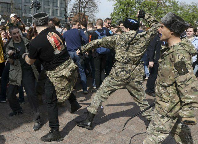 Tensión. Nacionalistas pro-Putin chocan con manifestantes opositores.