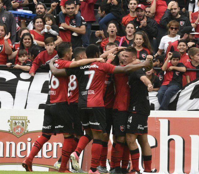 Festejo intenso. El Loco Rodríguez recibe el abrazo de sus compañeros tras el tanto que marcó.