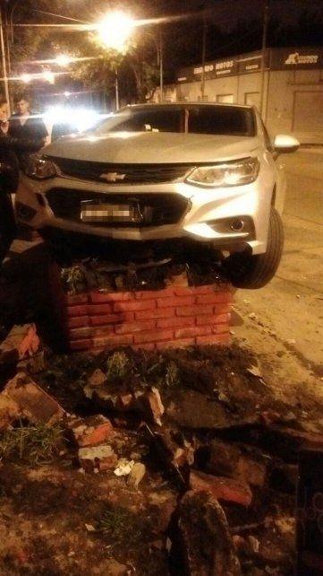 Un conductor alcoholizado terminó arriba de un cantero con su auto