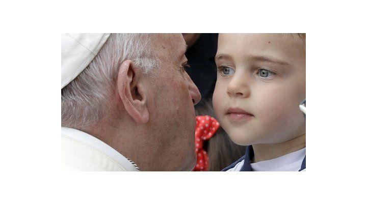 el papa argentino. Francisco besa a un niño durante la celebración de Regina Coeli