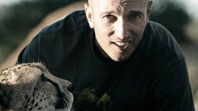 Filmaba una jirafa para una serie y el animal lo atropelló y lo mató