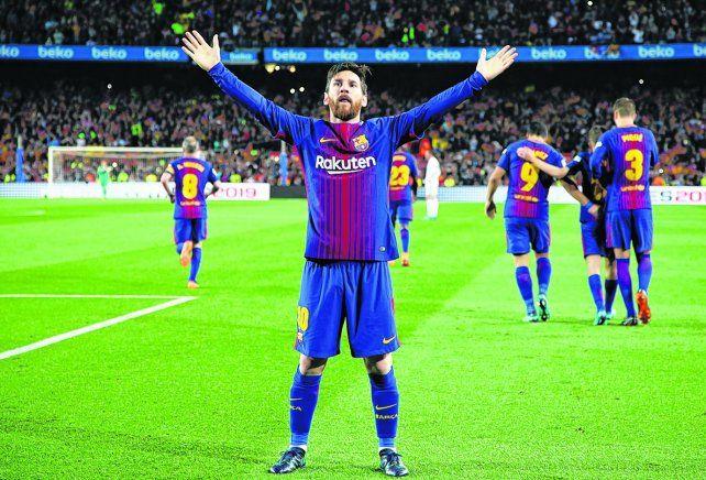 Es diferente. Leo Messi marcó el 2 a 1 parcial ante Real Madrid y lo celebra con los casi 100 mil hinchas que coparon el Camp Nou. La Pulga sigue siendo el mejor en el rubro.