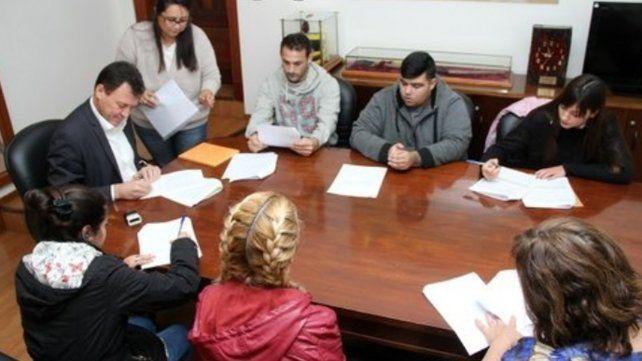 Acuerdo. El intendente Raimundo rubricó convenios con tres empresas.