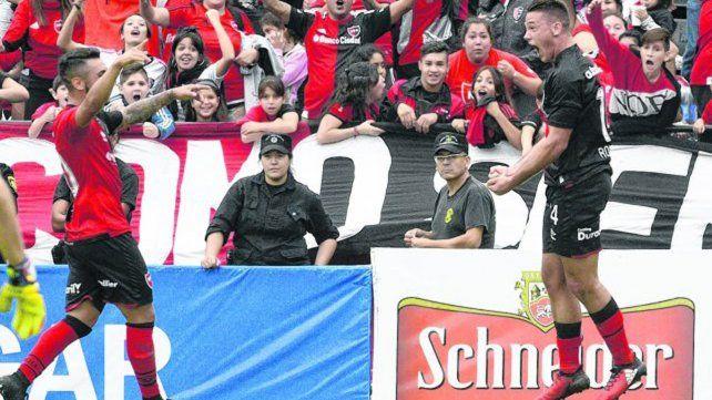Festejo rojinegro. Alexis Rodríguez celebra su gol y se le suma Leonel Ferroni. Son dos de los juveniles surgidos del club que cumplieron en la victoria del sábado.