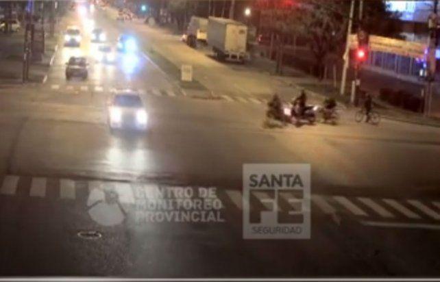 El video de una moto que pasó un cruce de avenidas en rojo y casi provoca una tragedia