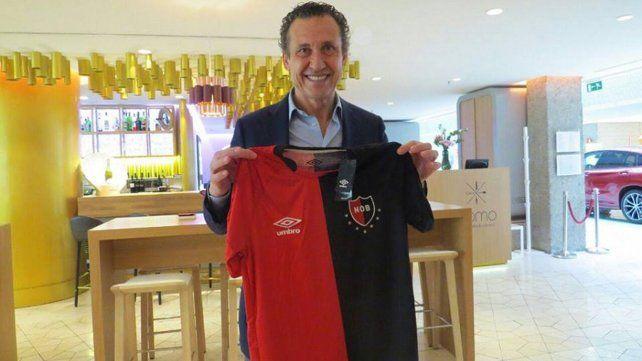 Formadores de juveniles le regalaron una camiseta de Newells a Valdano