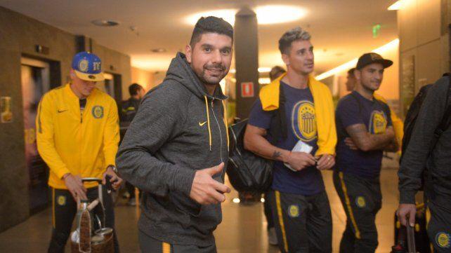 <b>Sonrisas.</b> Ortigoza saluda al arribar al hotel paulista.