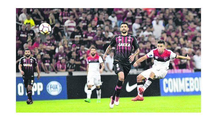 El sello argento. Lucho González observa el remate de Torres en el partido de ida.