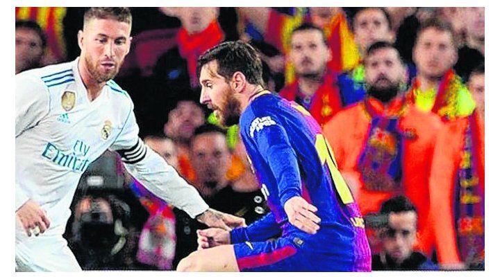 En la cancha. Messi maniobra contra Ramos