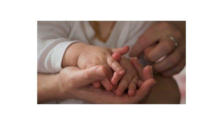 Gesto de amor. Las nenas esperan por una familia que las contenga a las tres.