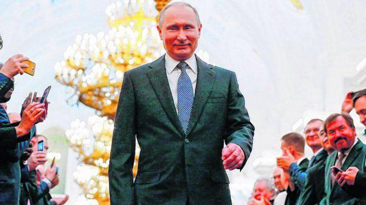 Satisfecho. Putin pasa por un corredor del Kremlin repleto de sus devotos funcionarios.NA