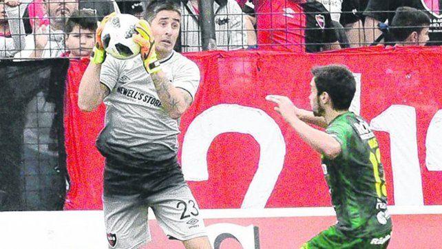 Con seguridad. Nelson Ibáñez atrapa la pelota ante la mirada de Ciro Rius. El arquero mantuvo el arco en cero ante Defensa.
