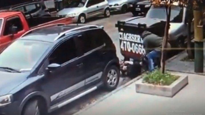 Una mujer sacó 60 mil dólares del banco y se los robaron a un par de cuadras