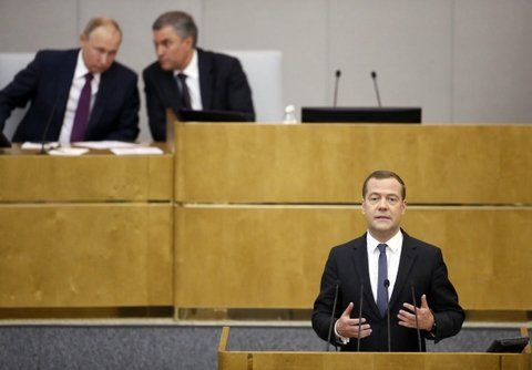 Aval. Medvédev sigue como premier.
