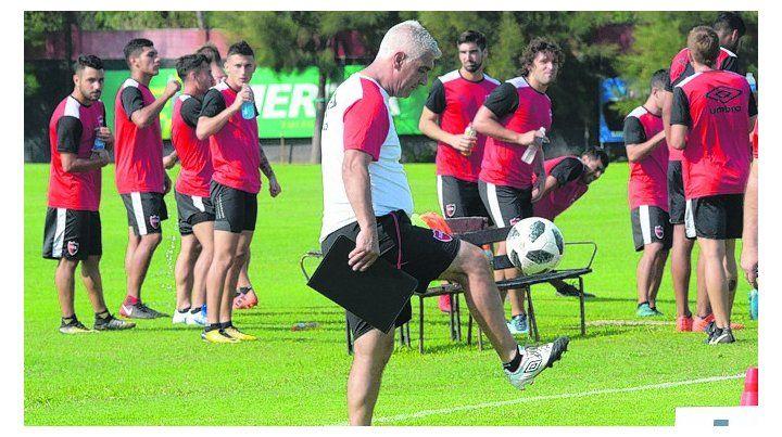 Control. De Felippe hace jueguitos durante el entrenamiento en Bella Vista.
