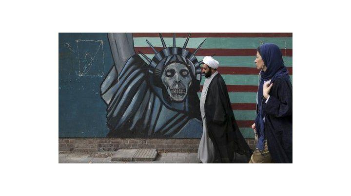Fin del pacto nuclear. Un clérigo iraní pasa frente a un mural contra EEUU