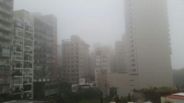 Una intensa niebla envuelve la ciudad.