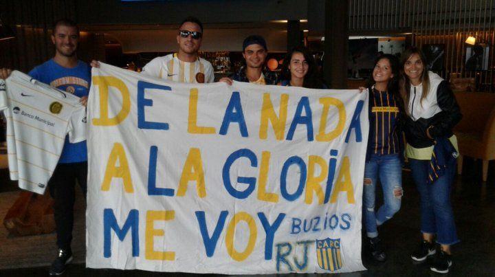 El grupo de hinchas canallas de la peña no oficial Angel Tulio Zof de Buzios llegó para apoyar al plantel.