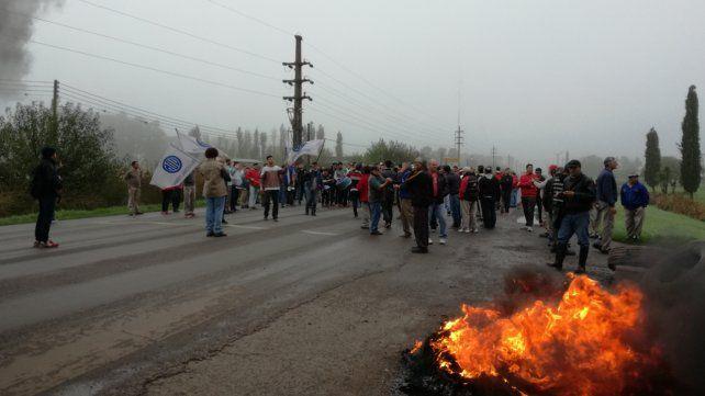 Esta mañana los trabajadores junto a sus familias se dispusieron a un corte total de ruta.