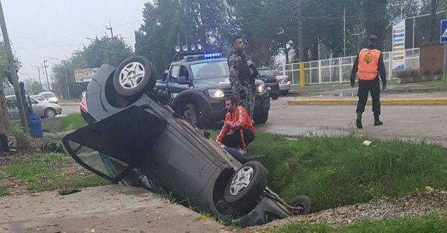 Un Chevrolet Onix dio un vuelco y cayó en una cuneta