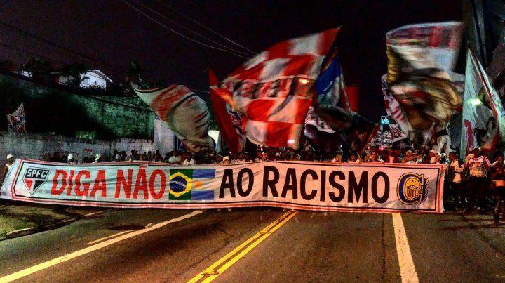 Diga no al racismo. La bandera compartida entre Central y San Pablo con un mensaje especial.