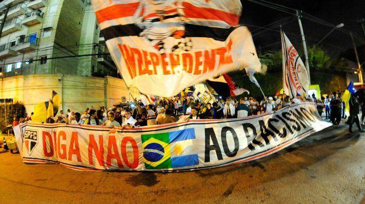 Unidos. Fanáticos de Central y San Pablo se mostraron juntos en la previa del partido.