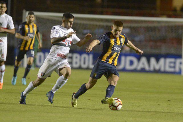El Colo Gil se lleva el balón ante la marca de un rival.