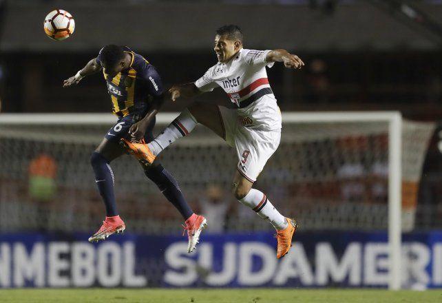 El colombiano Cabezas le gana en lo alto a Souza.