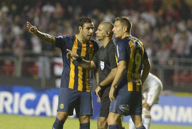 Final. El reclamo de Herrera y Ruben tras el pitazo que determinó la eliminación canalla.